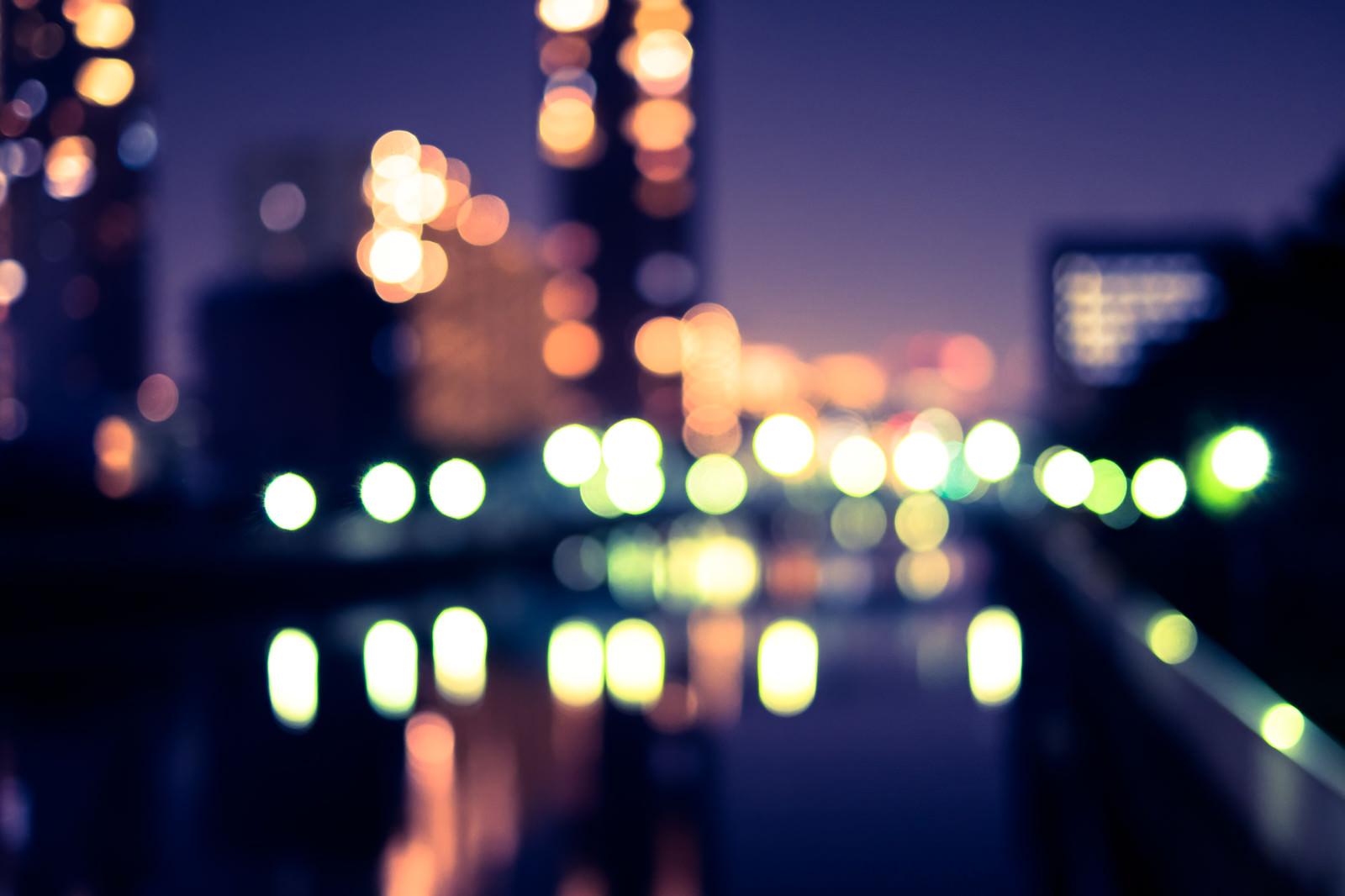 「街灯とビルのボケた明かり」の写真