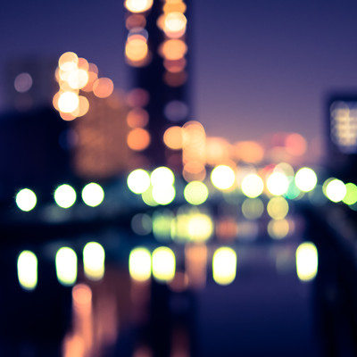 街灯とビルのボケた明かりの写真