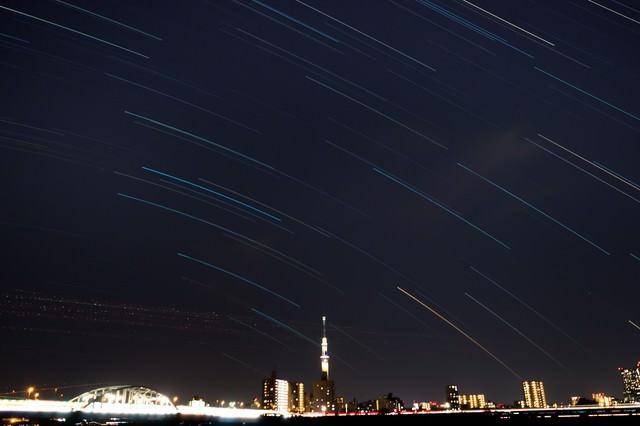 スカイツリーと星々の軌跡の写真
