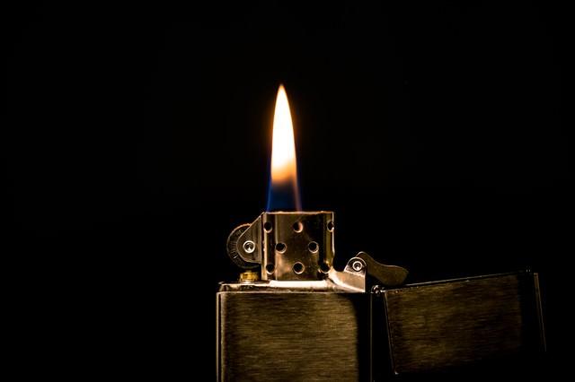 オイルライターの火の写真