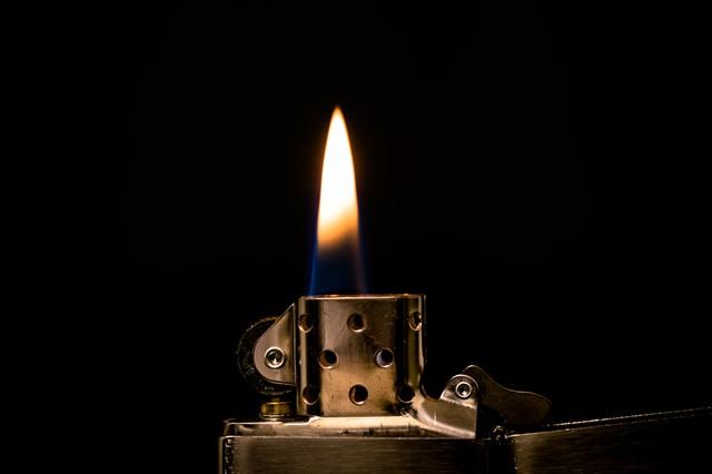 オイルライターの炎の写真