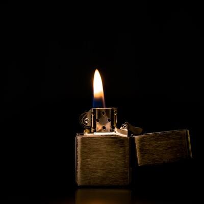「オイルライターに火をつける」の写真素材