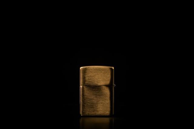 四角いオイルライターの写真