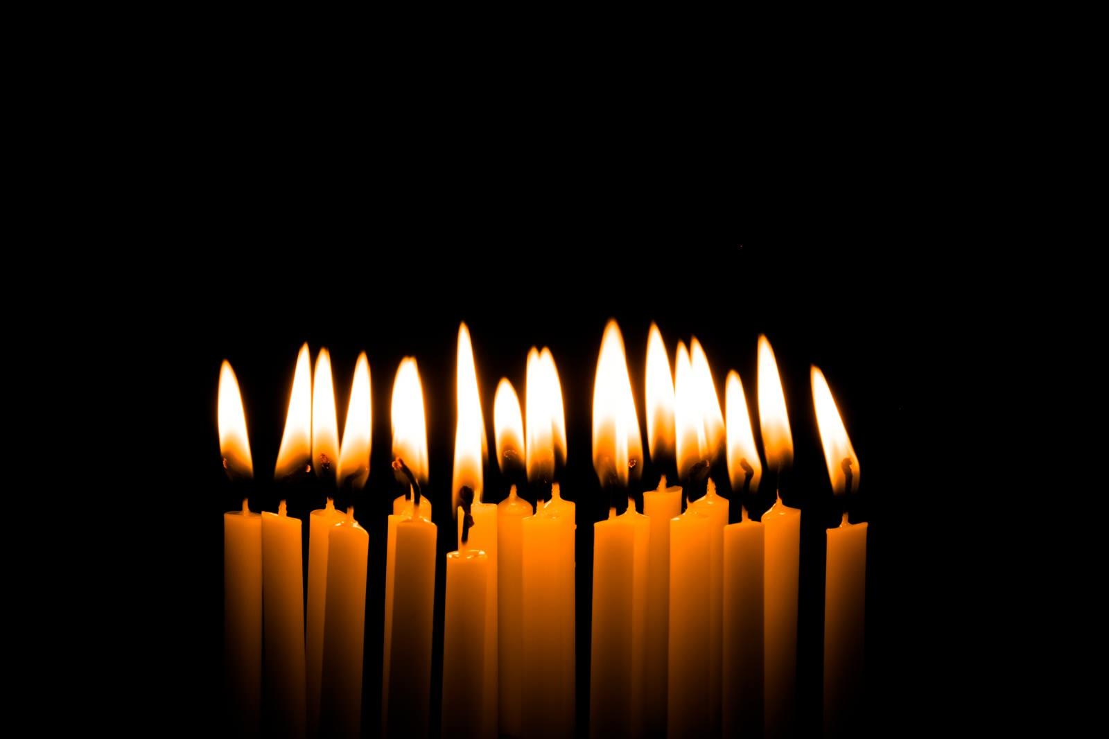 「火がついた和ろうそく」の写真