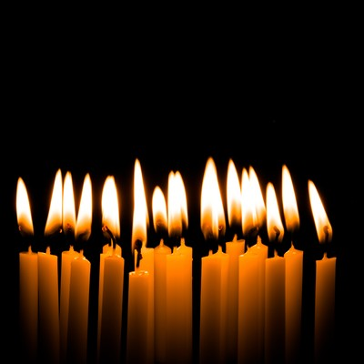火がついた和ろうそくの写真