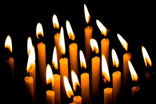 複数の和蝋燭の灯りの写真