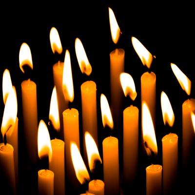 「複数の和蝋燭の灯り」の写真素材