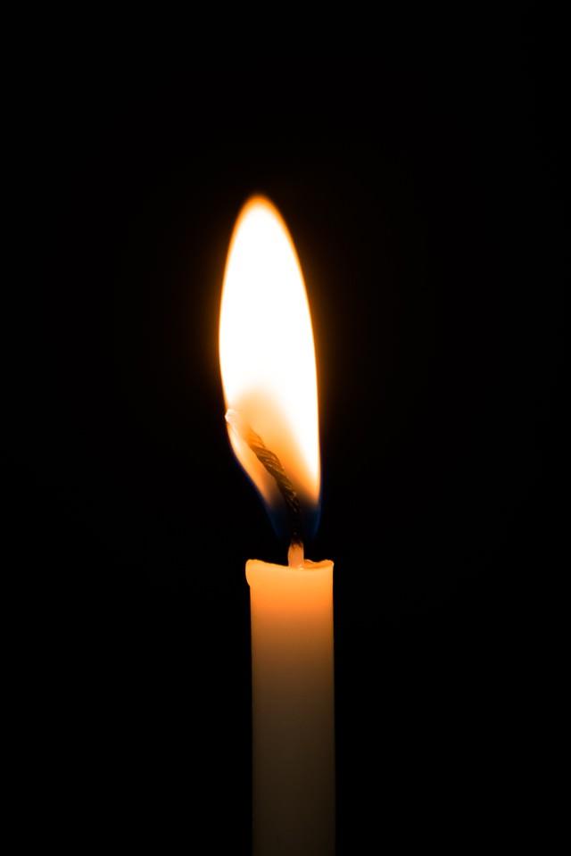 暗闇とろうそくの火の写真