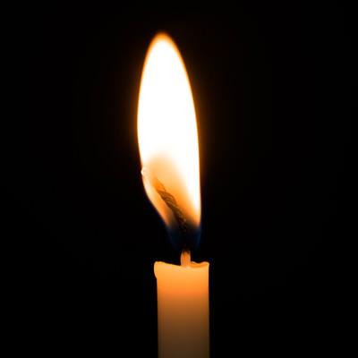 「暗闇とろうそくの火」の写真素材