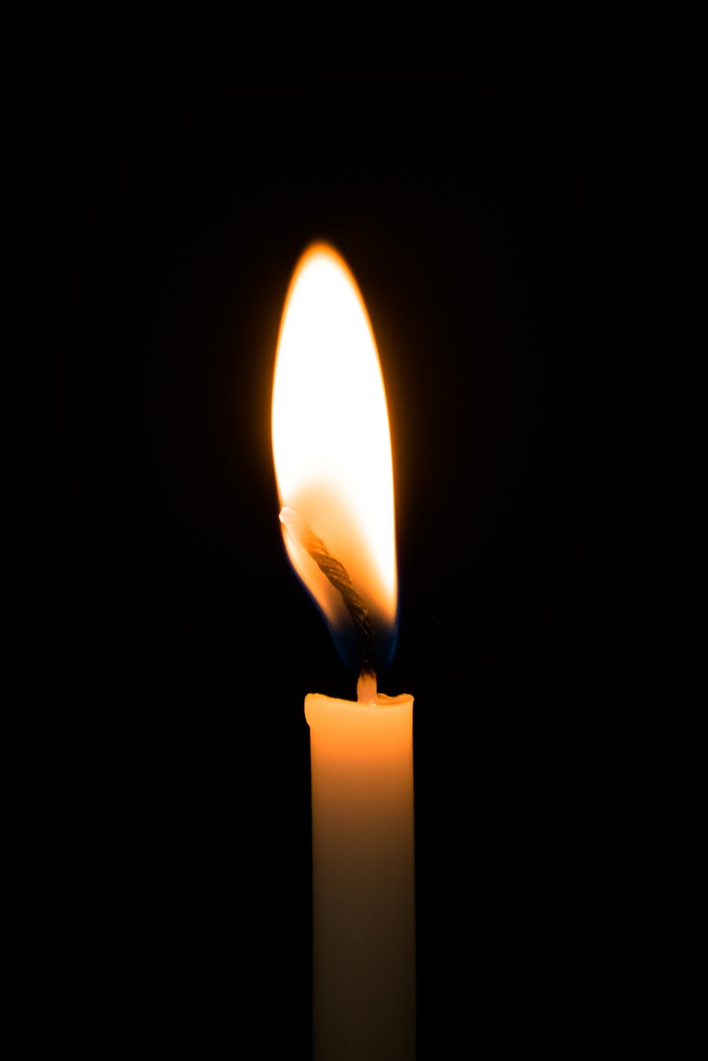 「暗闇とろうそくの火」の写真