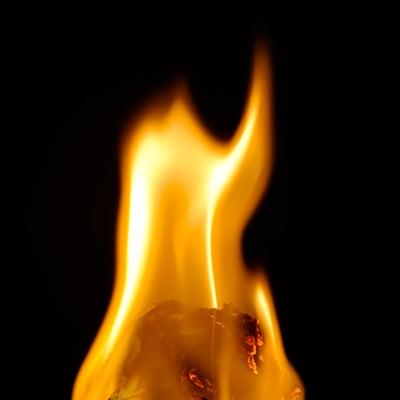 「揺れる炎」の写真素材