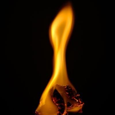 「紙くずが燃焼する」の写真素材