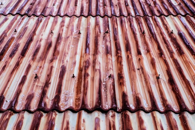 茶色く変色した錆びたトタンの写真