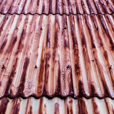 「茶色く変色した錆びたトタン」の写真素材