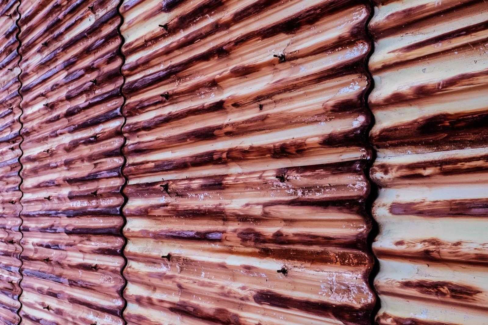 「赤く錆びたトタン壁」の写真