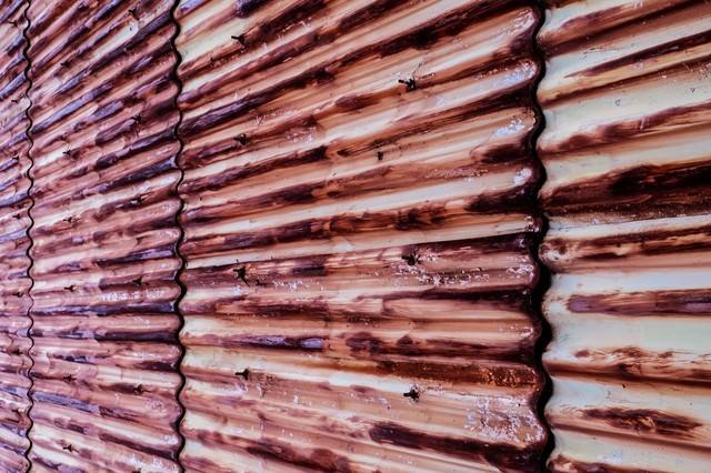 赤く錆びたトタン壁の写真