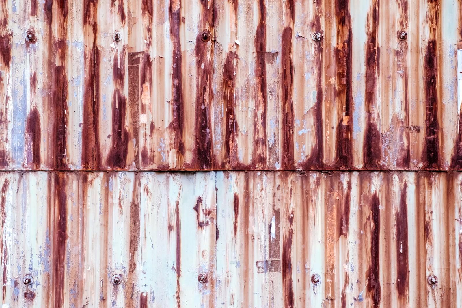 「塗装が剝がれて錆が目立つトタンの壁(テクスチャー)」の写真