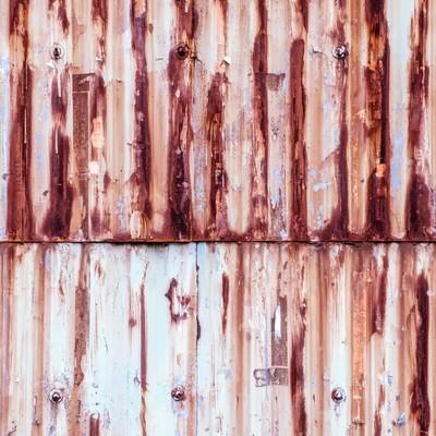 「塗装が剝がれて錆が目立つトタンの壁(テクスチャー)」の写真素材