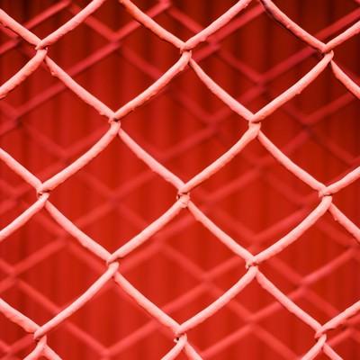 「重なった金網フェンス(赤)」の写真素材