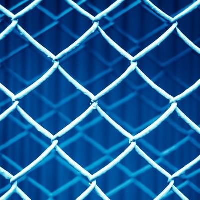「重なった金網フェンス(青)」の写真素材