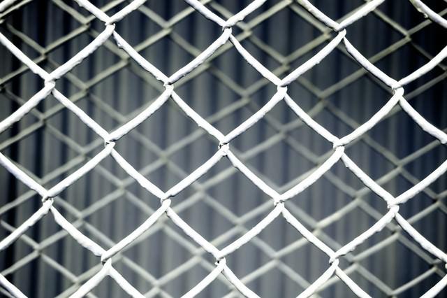 重なった金網フェンス(灰)の写真