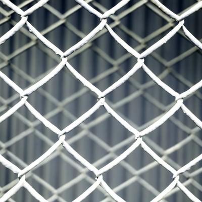 「重なった金網フェンス(灰)」の写真素材