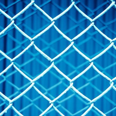 「重なる青いフェンスのテクスチャー」の写真素材