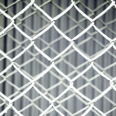 「重なる灰色のフェンスのテクスチャー」の写真素材