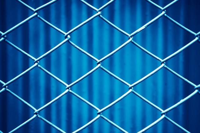 青いネットフェンスの写真
