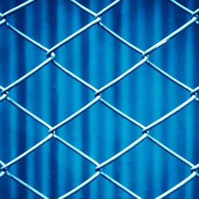 「青いネットフェンス」の写真素材