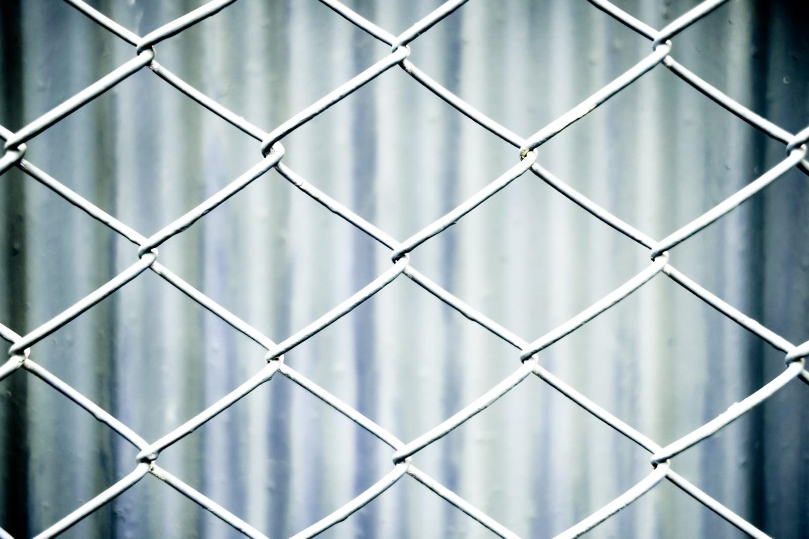 「灰色のネットフェンス灰色のネットフェンス」のフリー写真素材を拡大