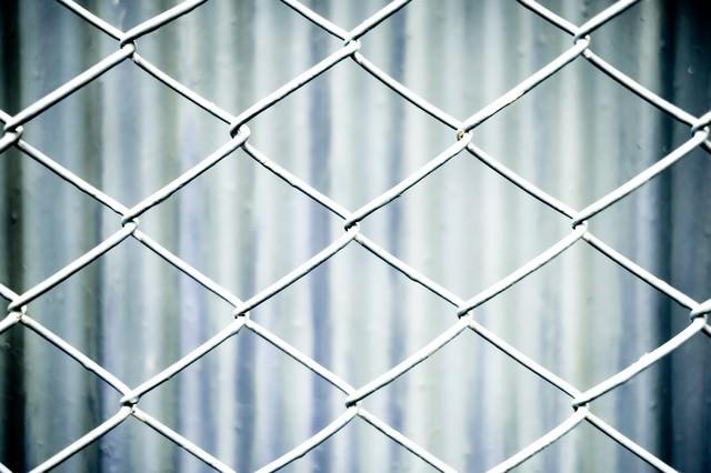 灰色のネットフェンスの写真
