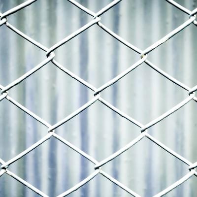 「灰色のネットフェンス」の写真素材