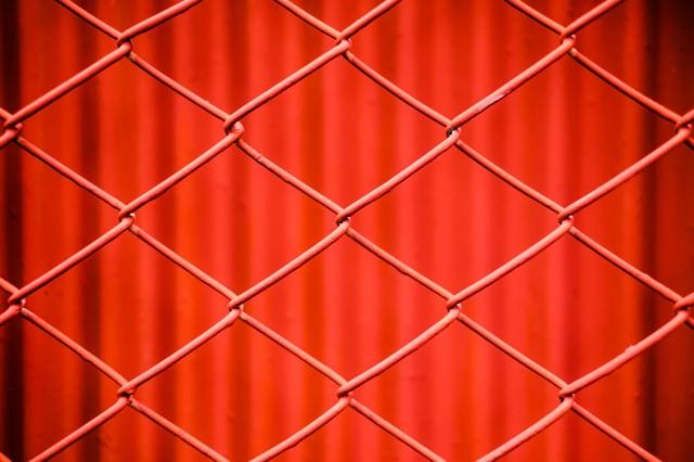 赤いネットフェンスの写真