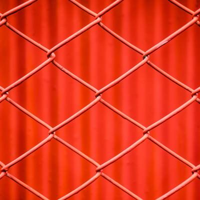 「赤いネットフェンス」の写真素材