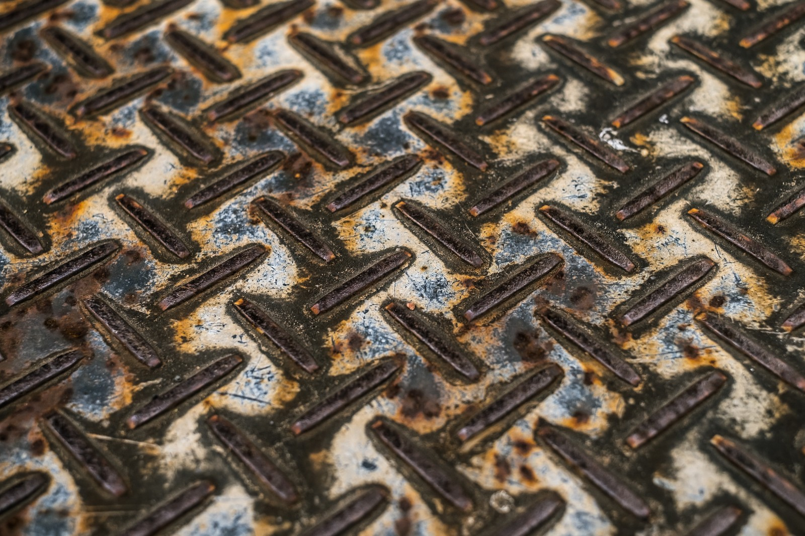 「雨ざらしで錆びた足場板」の写真