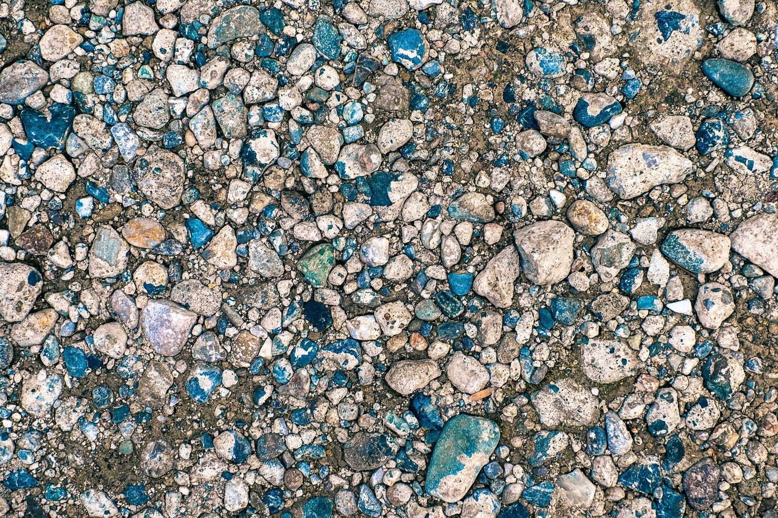「上から圧がかかった地面と小石(テクスチャー)上から圧がかかった地面と小石(テクスチャー)」のフリー写真素材を拡大