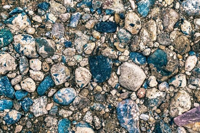 地面に埋まる小石(テクスチャー)の写真