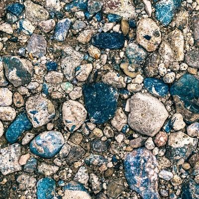 「地面に埋まる小石(テクスチャー)」の写真素材