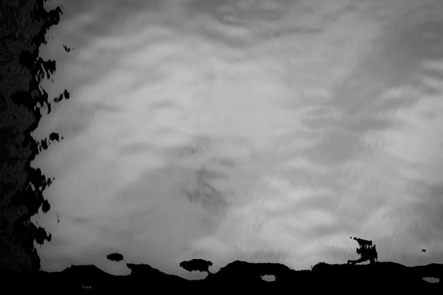 水面にうつる曇の写真