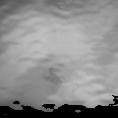 「水面にうつる曇」の写真素材