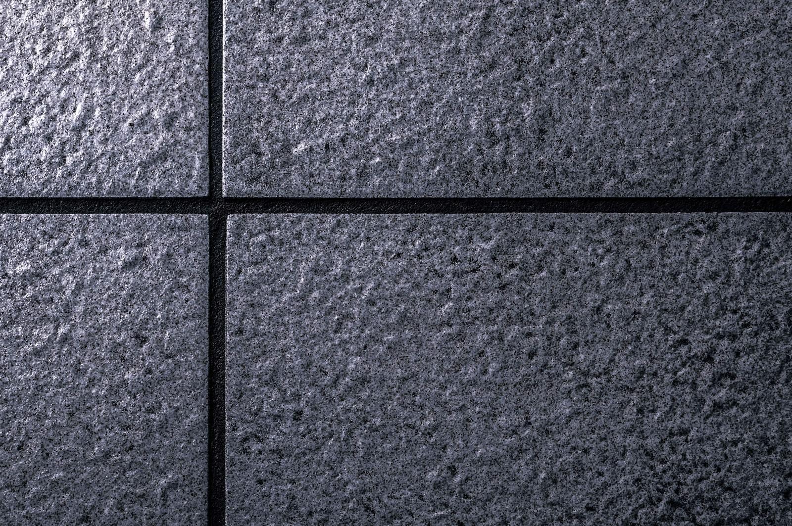 「暗いタイルの壁」の写真