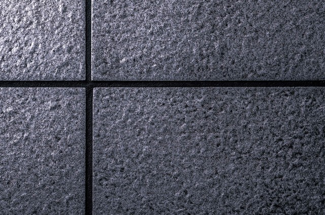 暗いタイルの壁の写真