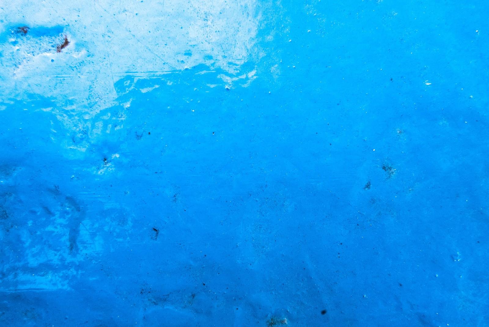 「青い塗装がされた壁(テクスチャー)青い塗装がされた壁(テクスチャー)」のフリー写真素材を拡大