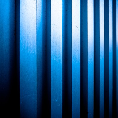 「凹凸のあるメタルの壁」の写真素材