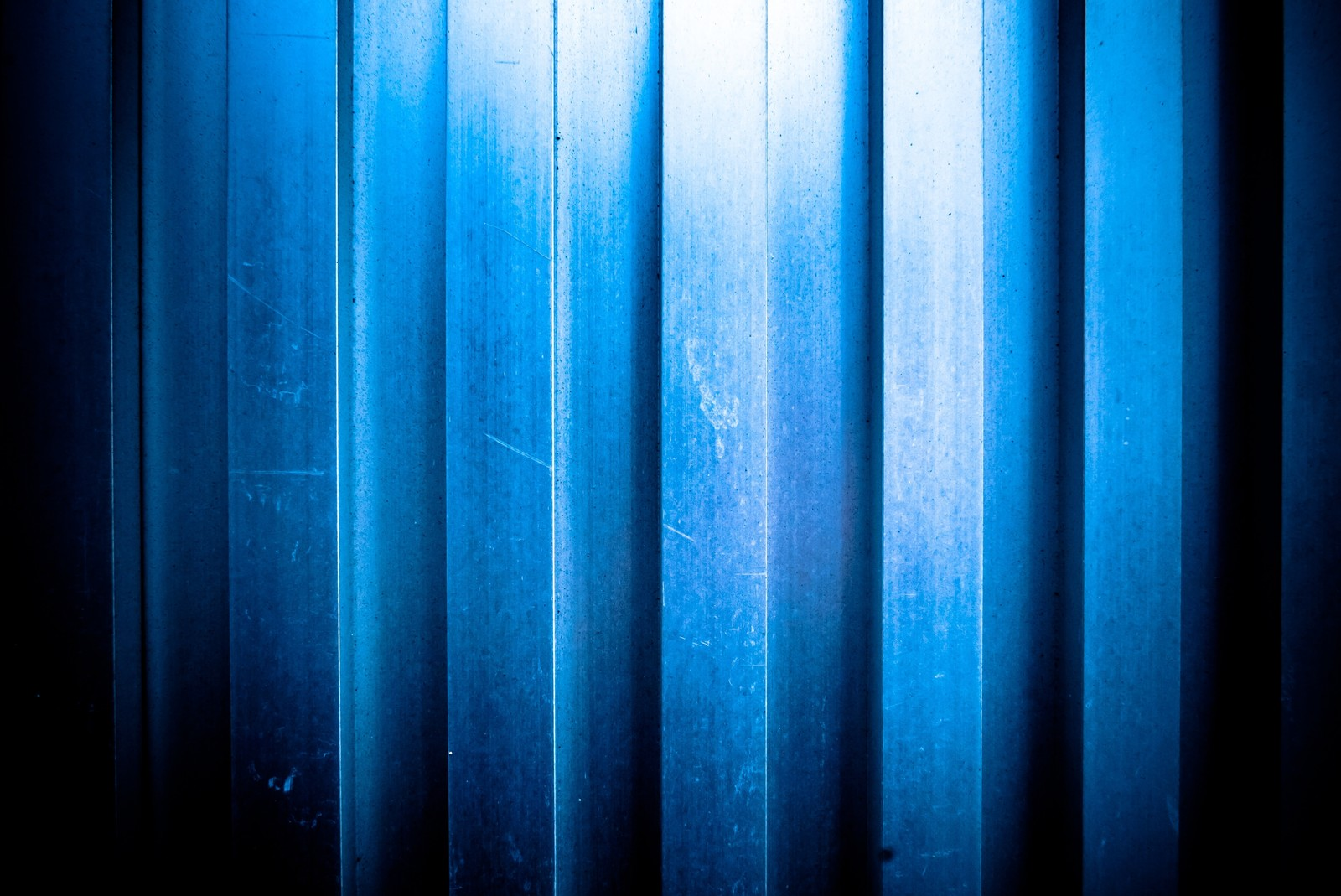 「凹凸のあるアルミの壁(テクスチャ)」の写真