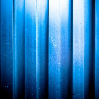 「凹凸のあるアルミの壁(テクスチャー)」の写真素材