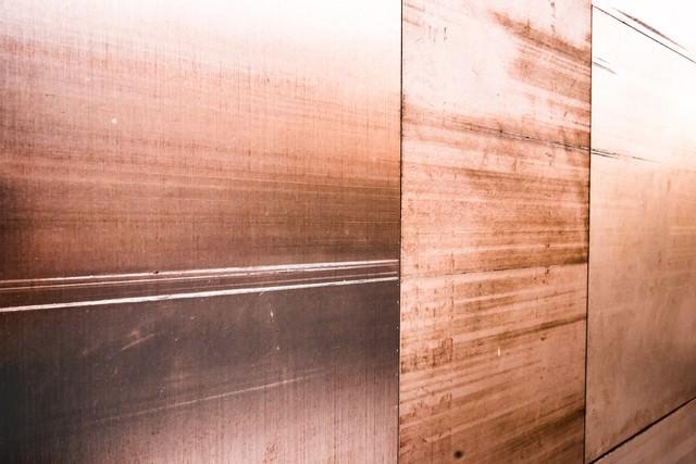 木目の壁パネルの写真