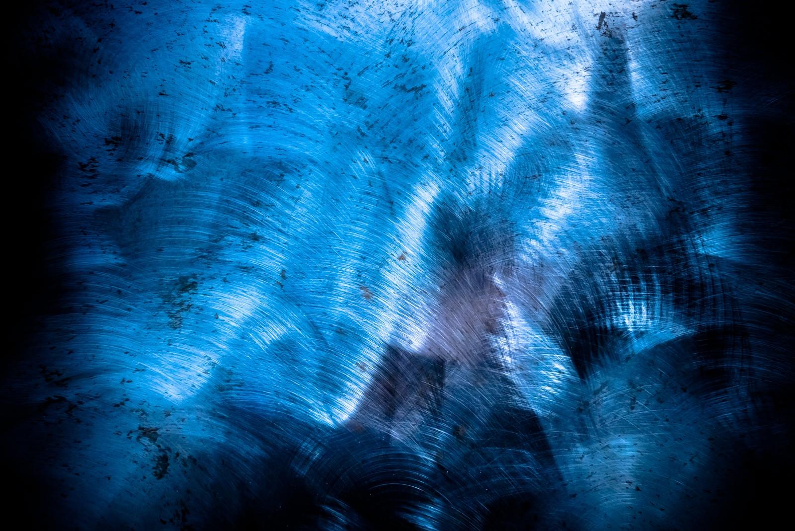 「金属の擦り後が残る板(テクスチャー)」の写真