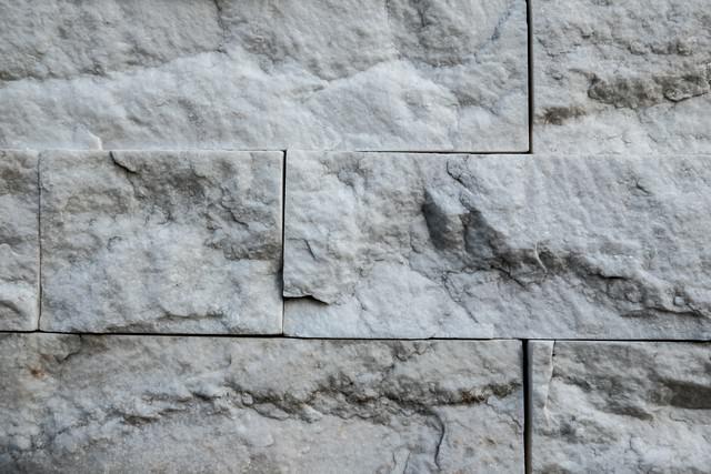 凹凸のある石のタイル(テクスチャー)の写真